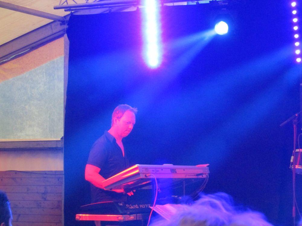 Christian Kaspers spielt am Keyboard.