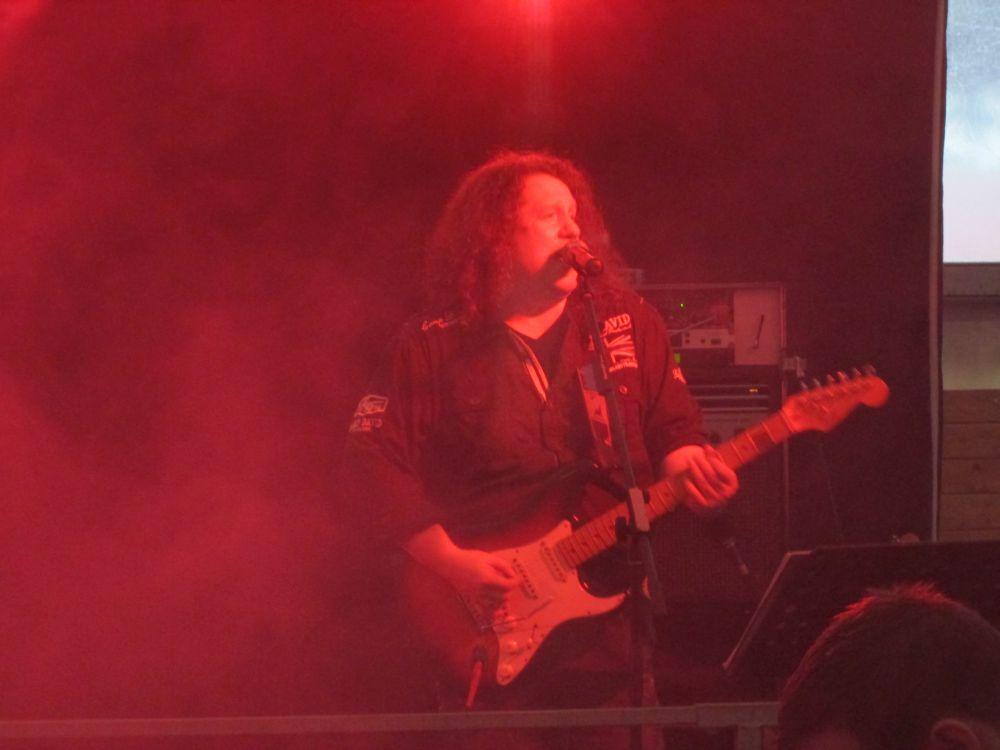 Nochmal Holger Diederichs mit Gitarre.