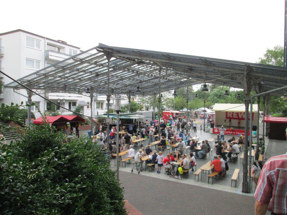 Blick auf die Bavierhalle mit Bühne.