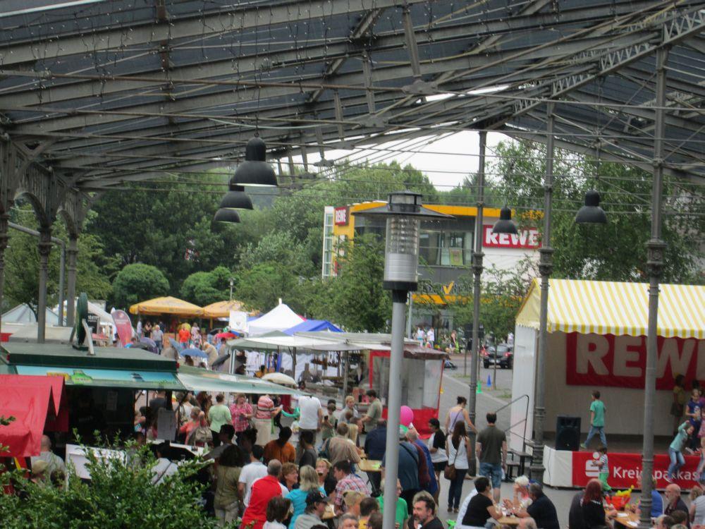 Blick über das Straßenfest.