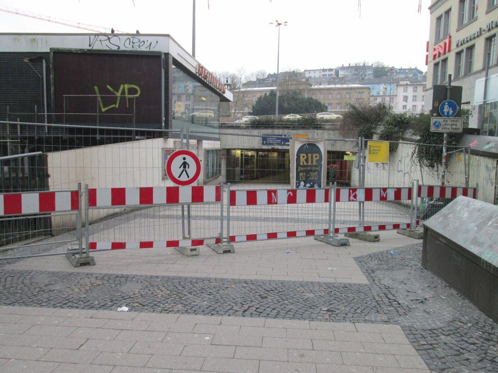 Absperrung vor dem ehemaligen Fußgängertunnel in Wuppertal-Elberfeld (Eingang an der Innenstadt).