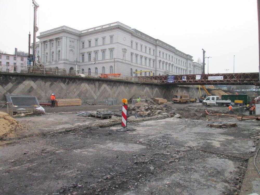 Blick auf die Baustelle der B7, links die Bundesbahndirektion und rechts die provisorische Fußgängerbrücke aus Stahl.