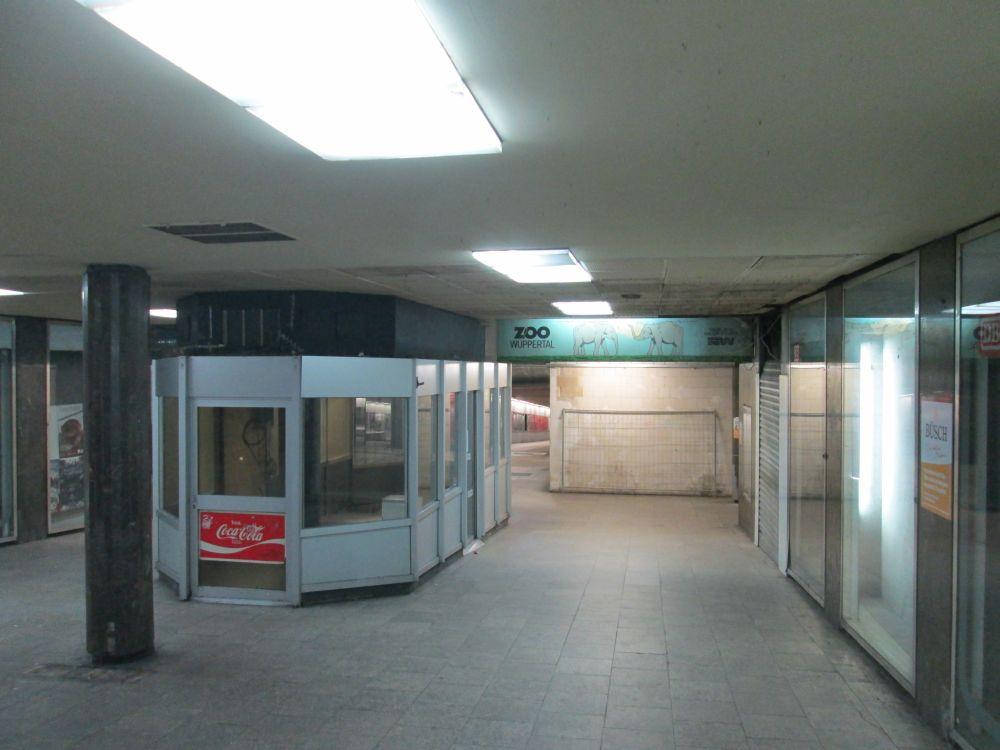 Blick vom Hauptbahnhof in den Döppersbergtunnel. Links der ehemalige Kiosk, rechts hinter dem Rolltor ehemals Bäckerei Büsch und dazwischen alte Werbung für den Zoo Wuppertal.