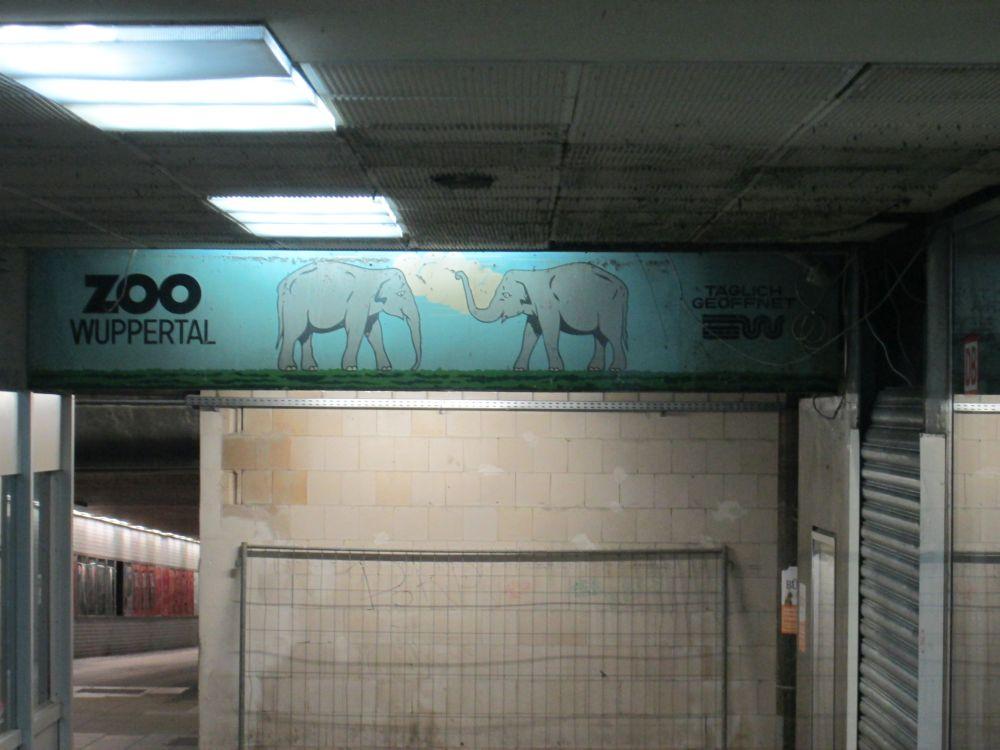 Alte Werbung für den Wuppertaler Zoo mit zwei gemalten Elefanten.