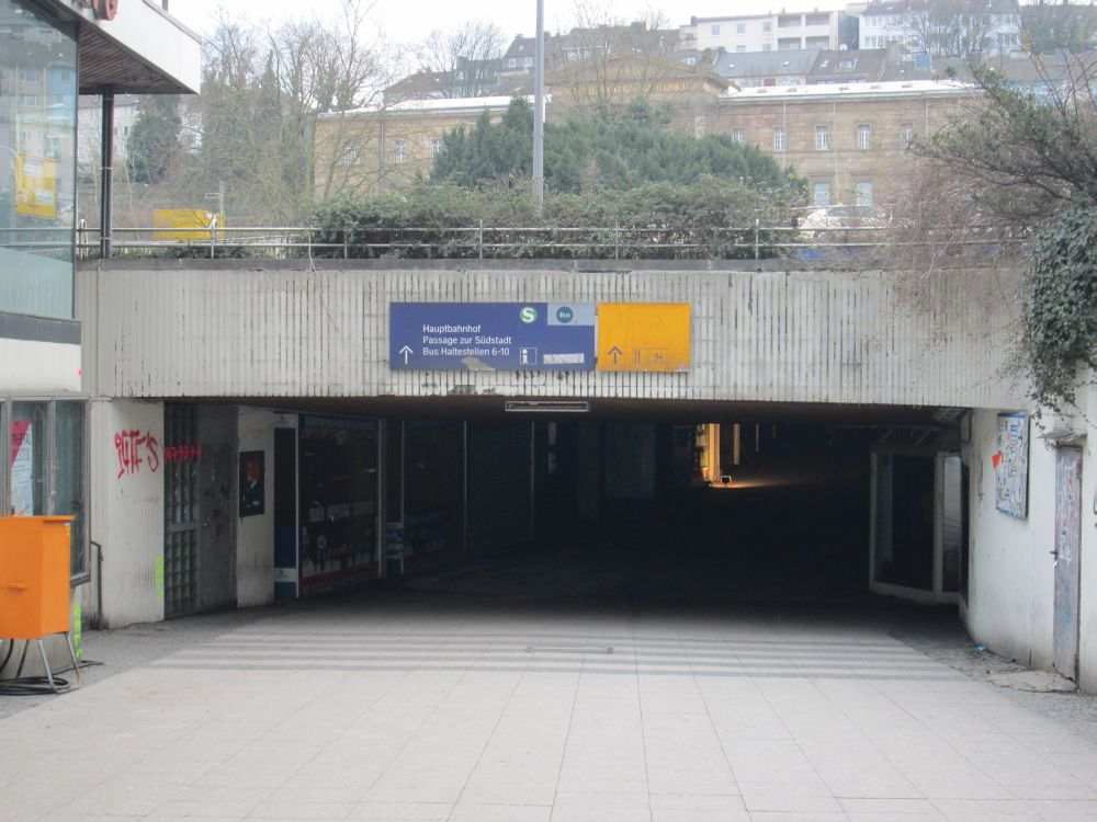 Blick in den Döppersbergtunnel von der Innenstadt aus, eine Arbeitslampe leuchtet in den Tunnel hinein.