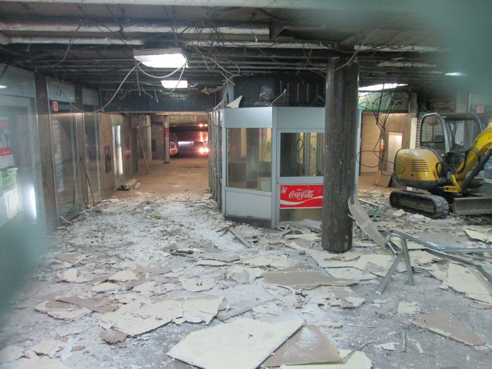 Verbotener Blick durch ein Guckloch der Plane am Bauzaun am Hauptbahnhof: Die Decke wird abgerissen.