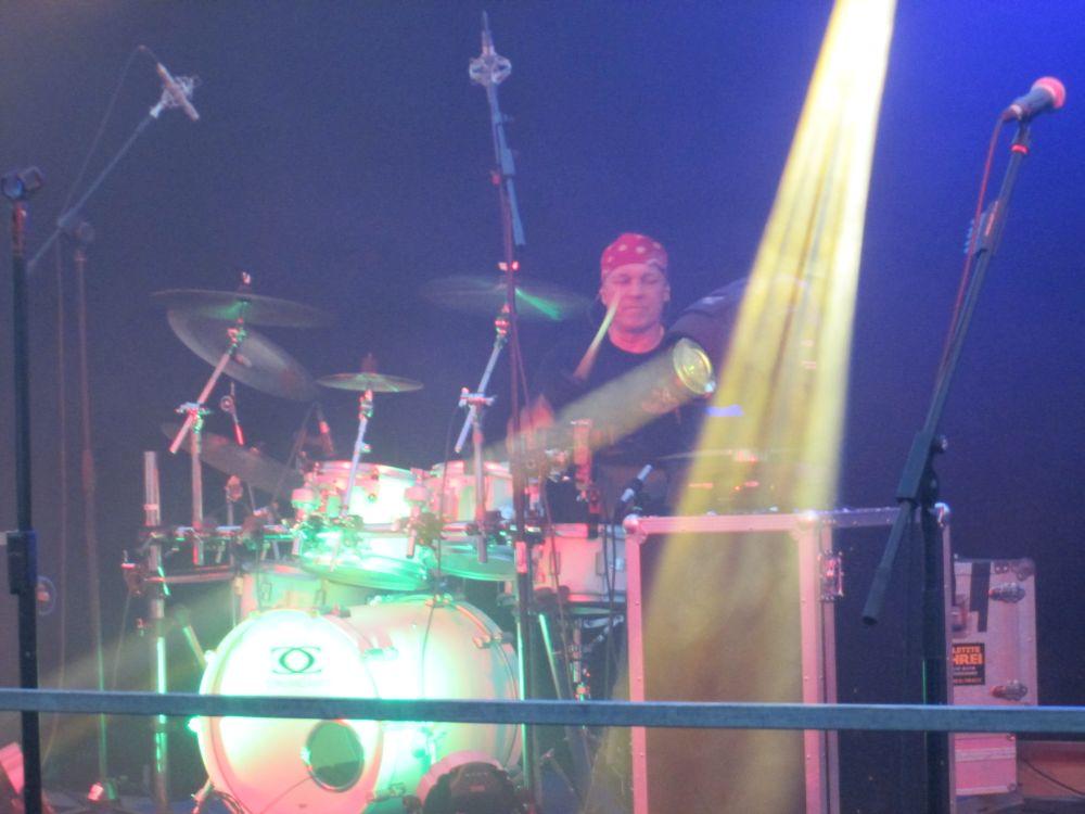 Frank Sobirey am Schlagzeug.