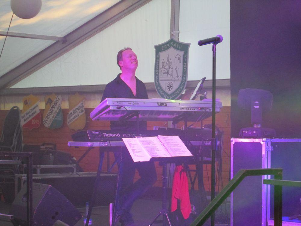 Von der Songtext-Suche erheitert: Christian Kaspers am Keyboard.