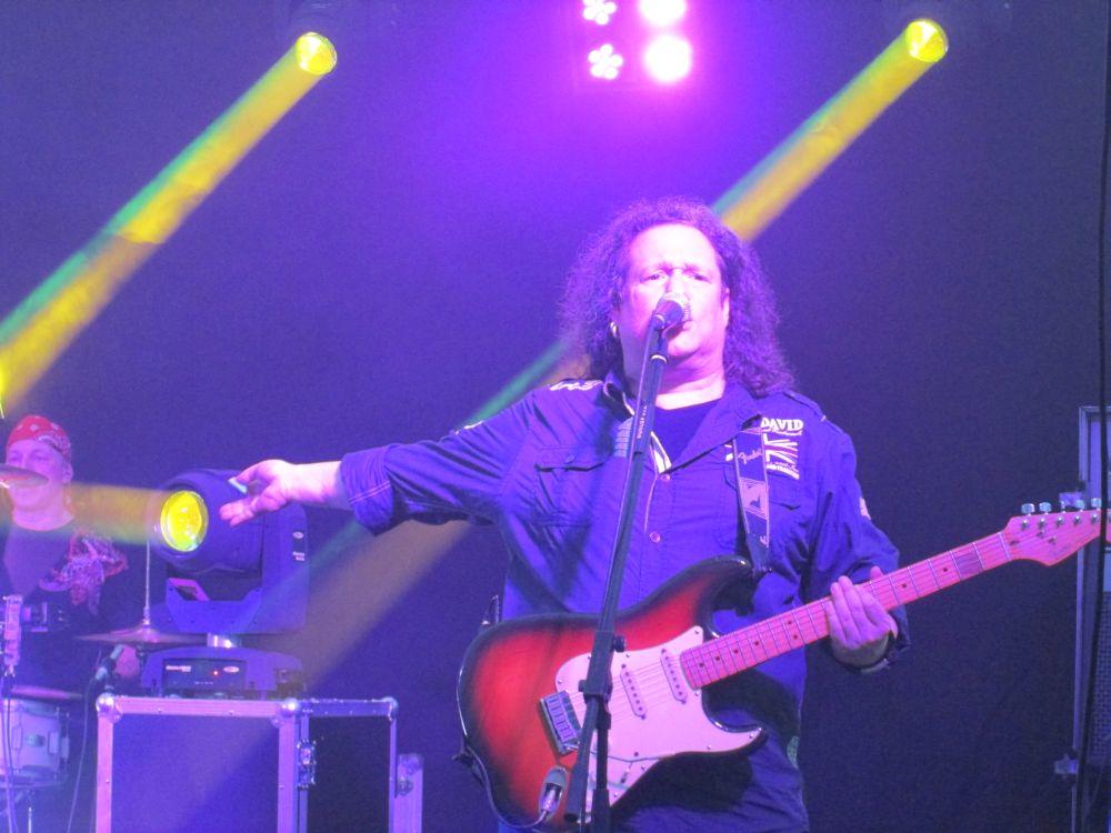 Holger Diederichs mit seiner Gitarre.