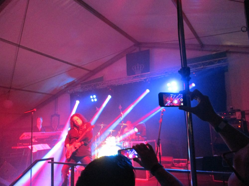 Holger beim Gitarrensolo von Knockin' On Heavens Door, davor machen Leute mit ihren Smartphones Videomitschnitte.