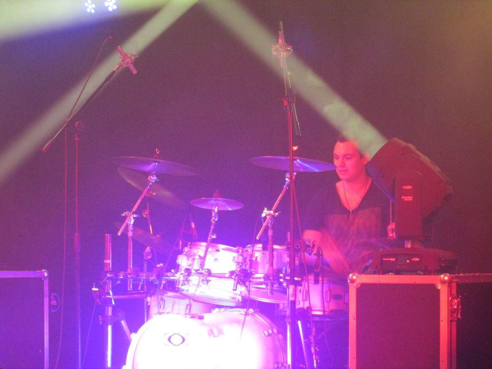 Marlon Schäfer am Schlagzeug.