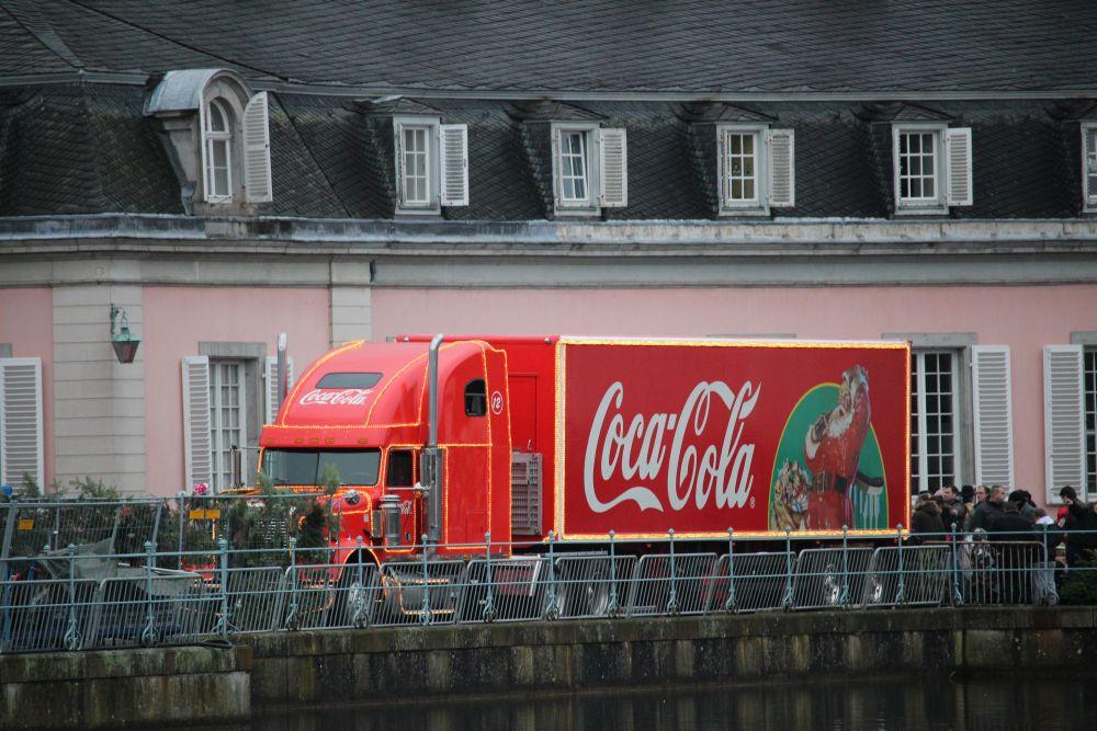 Der Coca-Cola-Weihnachtstruck vor Schloss Benrath.