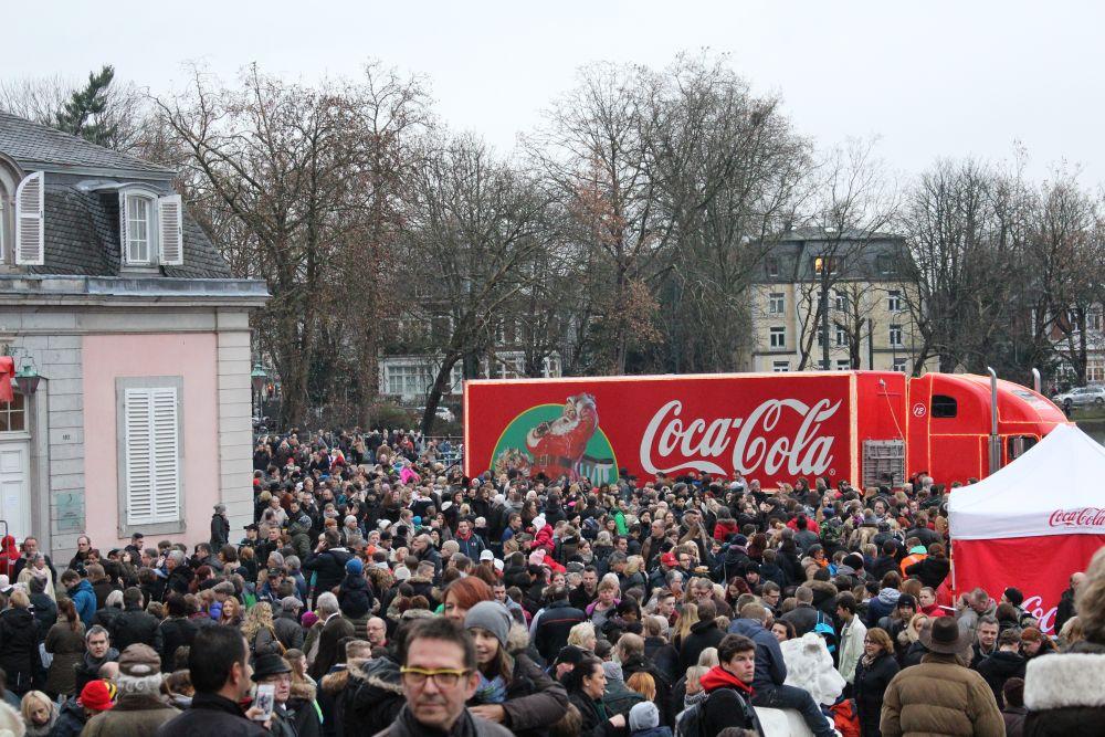 Großer Andrang vor dem Coca-Cola Weihnachtstruck.