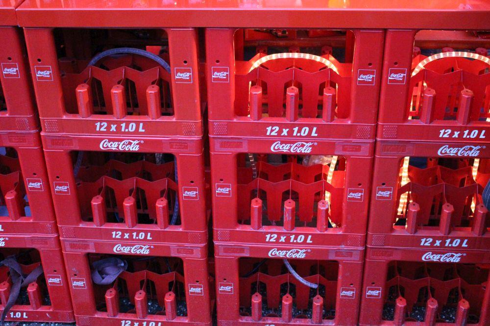 Die Theke bestand aus zusammengestellten Coca-Cola-Kästen, in denen innen ein Lichterschlauch für Beleuchtung sorgt.