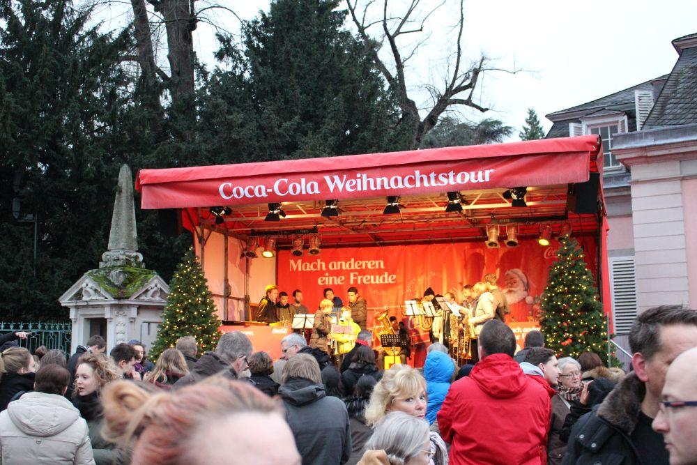 Auf der Bühne war ein Schülerorchester und spielte Weihnachtslieder.