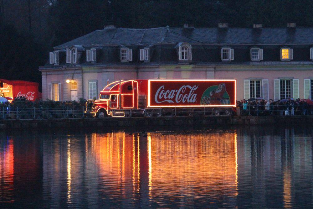 In der Dämmerung kommt der beleuchtete Coca-Cola Weihnachtstruck noch mehr zur Geltung.