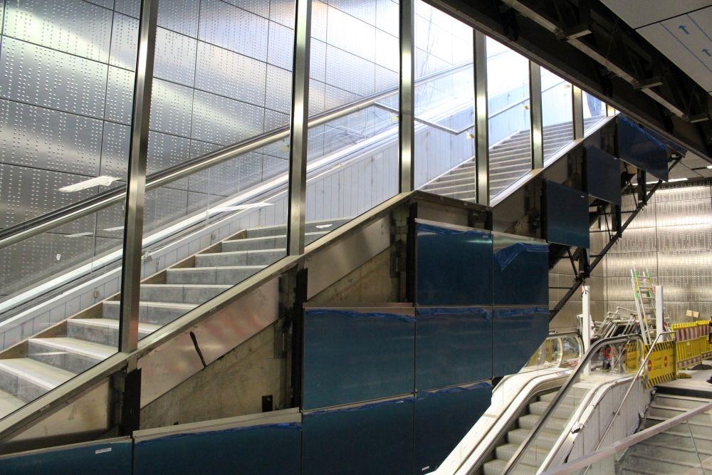 Die obere Treppe führt nach draußen, die untere Treppe zum Bahnsteig.