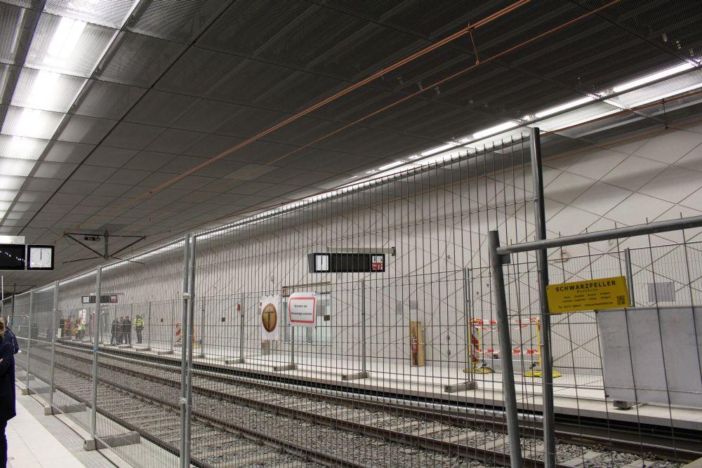 Die Bahnsteige selbst hingegen haben das schlichte Design wie auch die anderen Bahnsteige der Wehrhahn-Linie.