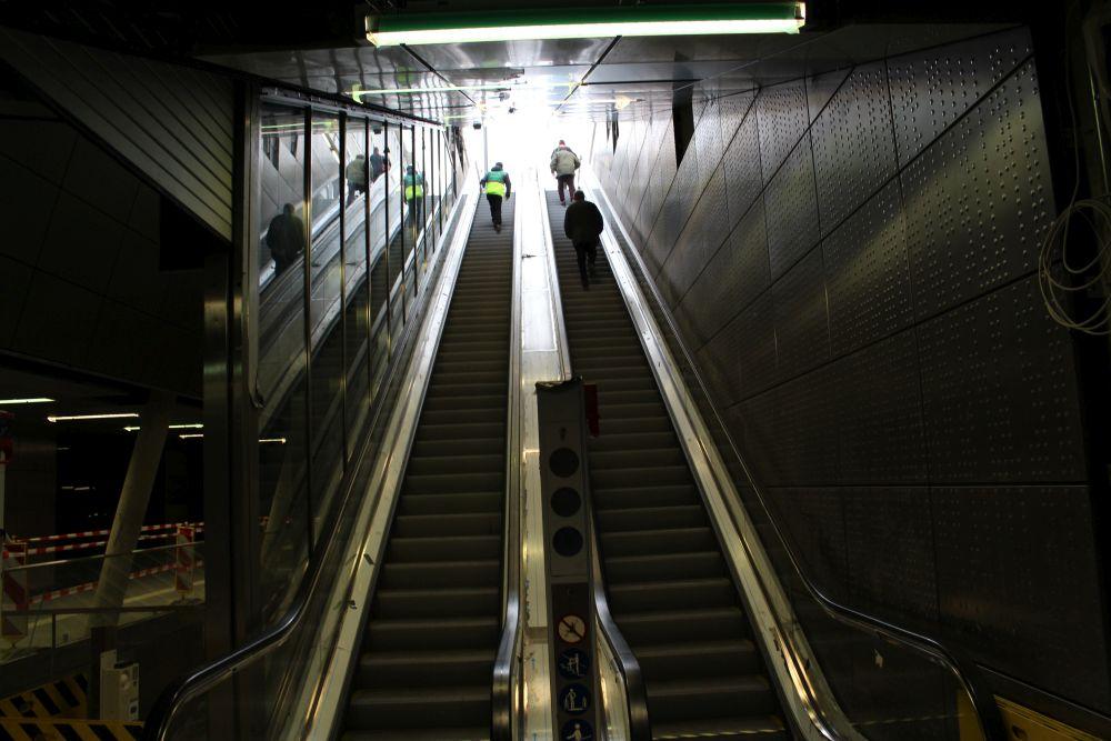 Über Rolltreppen geht es wieder an die Oberfläche.