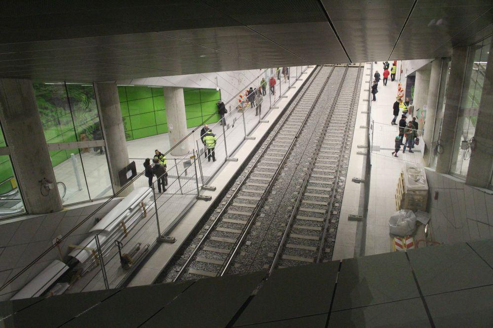 Blick vom Übergang auf die Bahngleise.