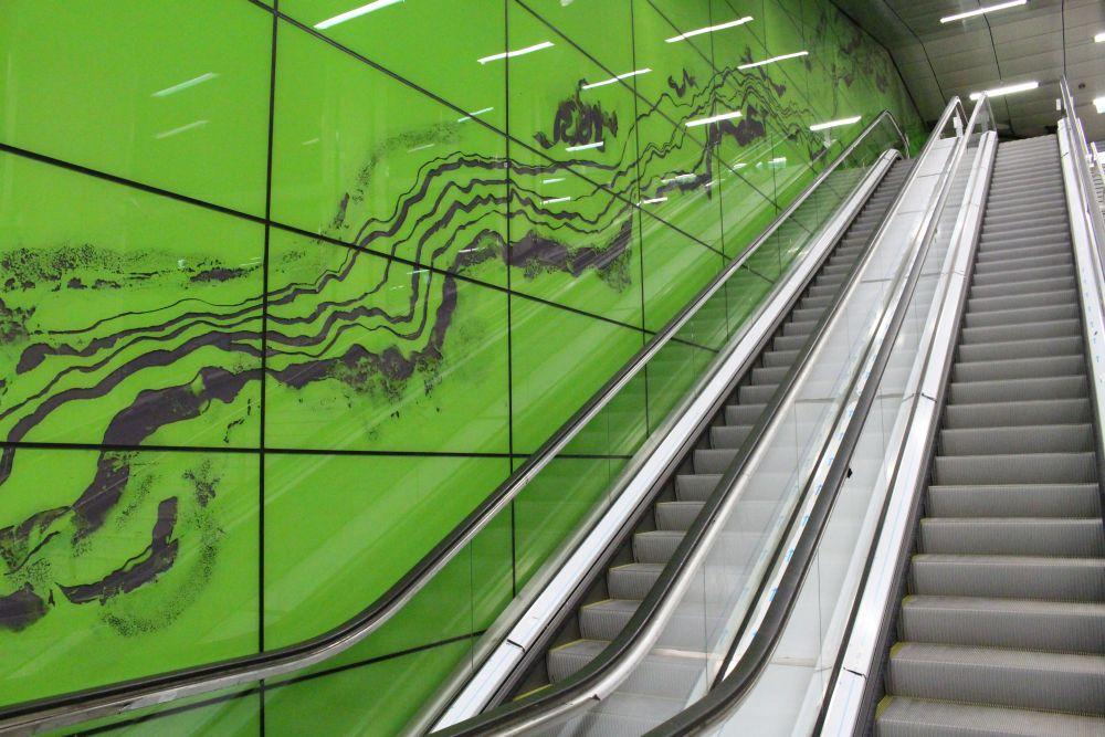 Grüne Wände mit einem Muster.