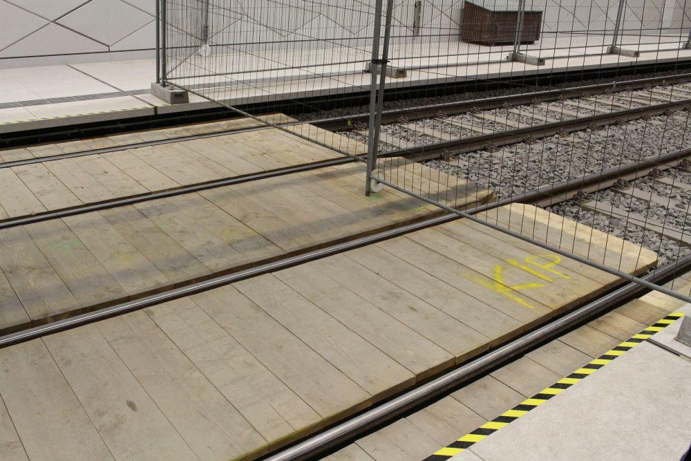 Der Übergang über die Schienen.