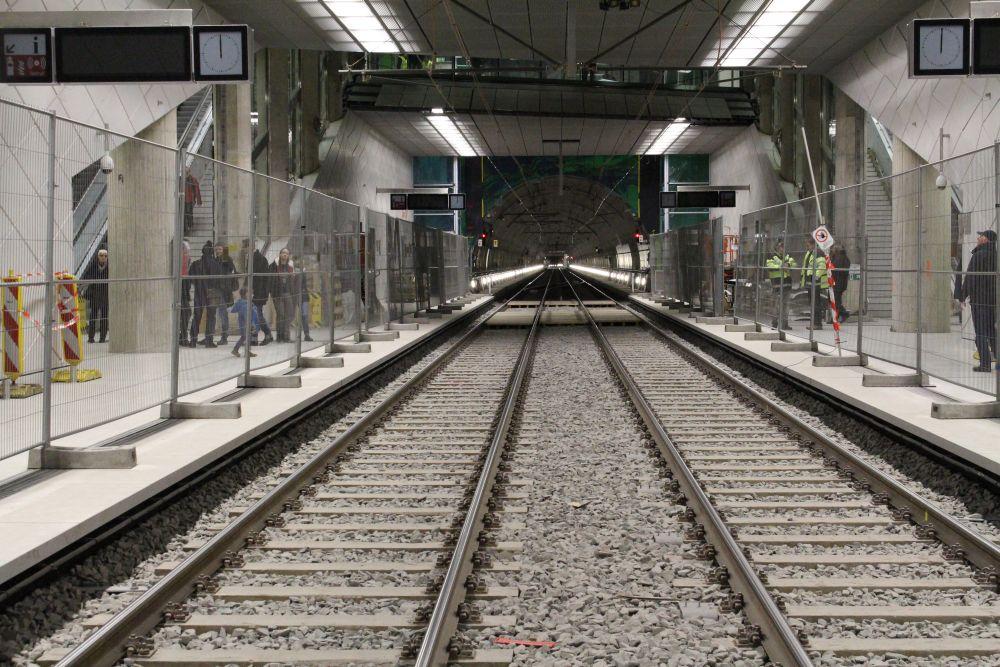 Blick in der Gleismitte in den Tunnel.