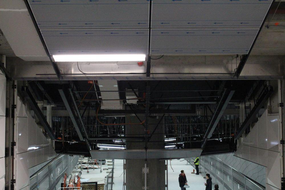 Blick in die Technik über dem Bahnsteig.