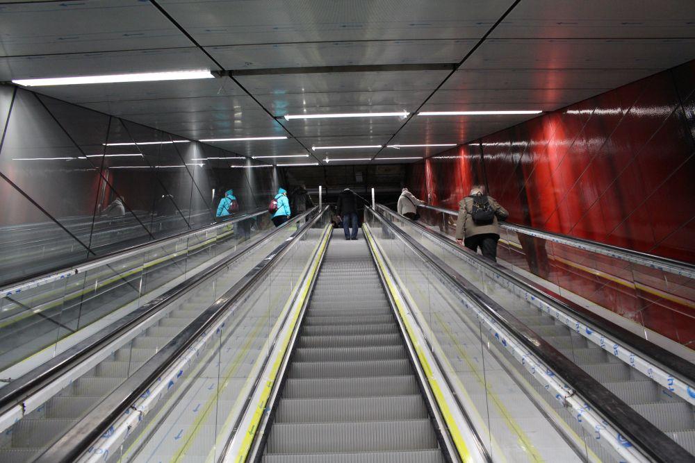Hoch geht es in die Passage. An der rechten Seite ist schon das spätere Design in rot zu sehen.