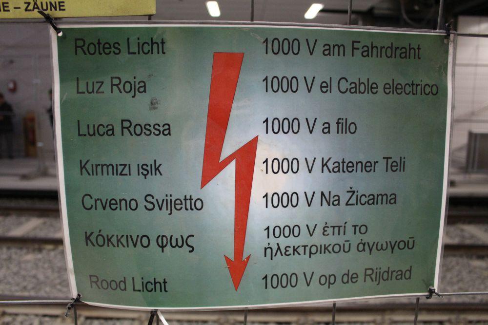 Ein wichtiger Hinweis: Der Fahrdraht hat 1.000 Volt drauf.