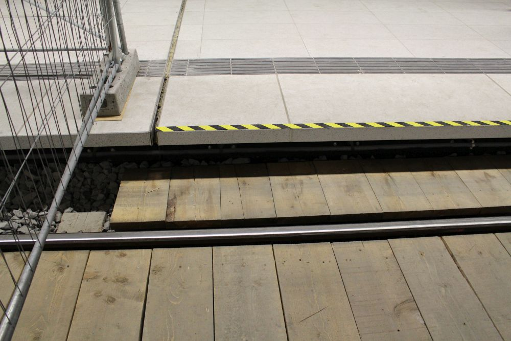 Der Übergang von einem Bahnsteig zum gegenüberliegenden erfolgte über extra ausgelegte Bretter.