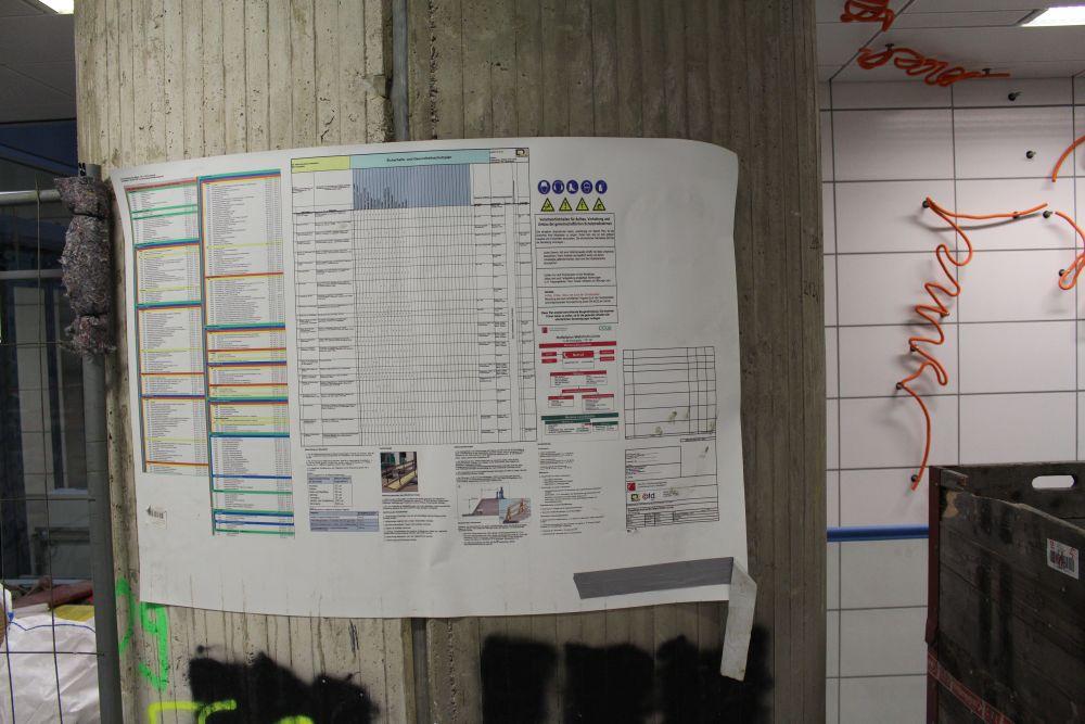 Zeitplan und Sicherheitshinweise der Baufirmen.