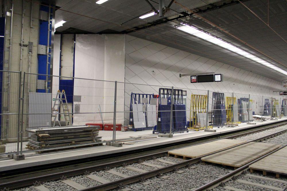 Der Bahnsteig gegenüber war nicht geöffnet - dort stapelten sich Baugeräte und Materialien.