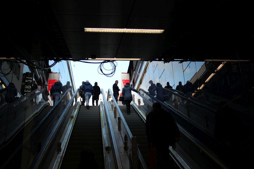 Über die nicht funktionierenden Rolltreppen geht es wieder nach oben.